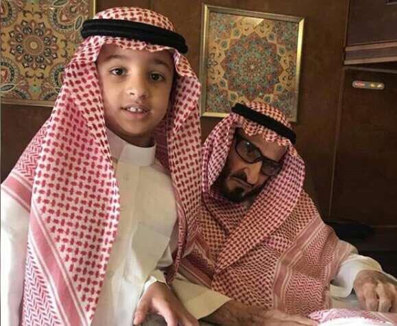الأمير بندر مع أحد أحفاده