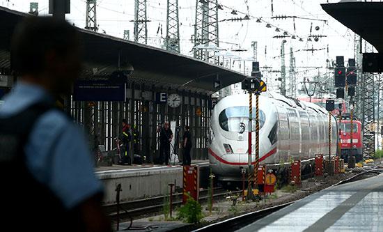 قطار عند مدخل المحطة الألمانية