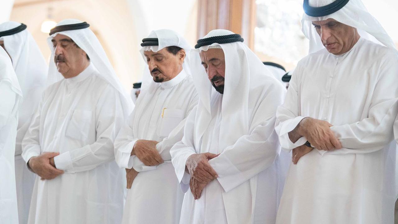 حاكم الشارقة يؤدى صلاة الجنازة على ابنه