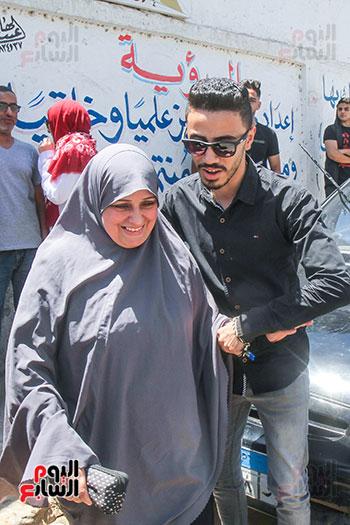 طالب ووالدته بعد امتحان الرياضيات