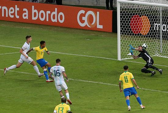 الهدف الأول فى مرمى الأرجنتين