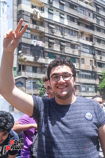 طالب يشير بعلامة النصر (2)