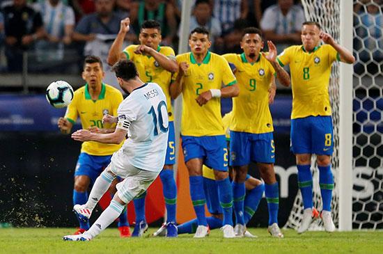 ضربة حرة للأرجنتين