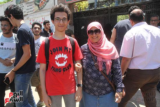 طالب مع والدته