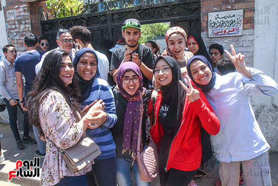 فرحة الطالبات بعد الامتحان