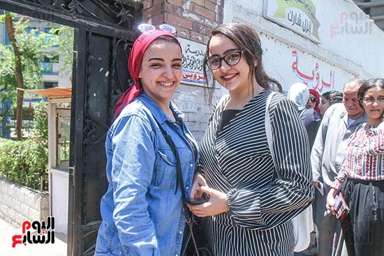 طالبة وشقيقتها بعد الامتحان