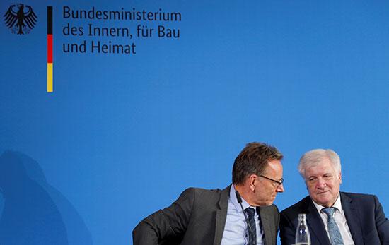الوزير الألمانى فى حوار مع أحد المسئولين