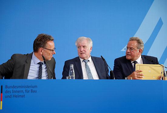 وزير الداخلية الألمانى أثناء المؤتمر الصحفى
