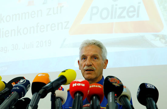 أحد مسئولى الشرطة يلقى كلمة خلال المؤتمر الصحفى