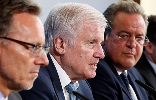 وزير الداخلية الألمانى وعدد من مسئولى الشرطة