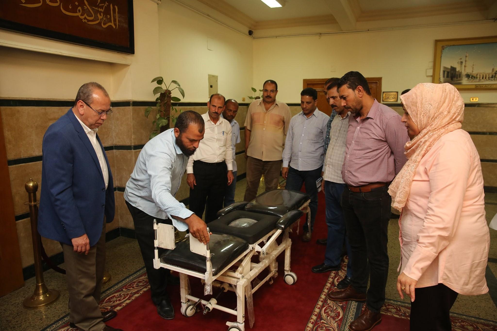 محافظ كفر الشيخ يكرم مخترع من ذوى الاحتياجات الخاصة لابتكاره كرسى طبى متحرك لنقل المرضى (4)