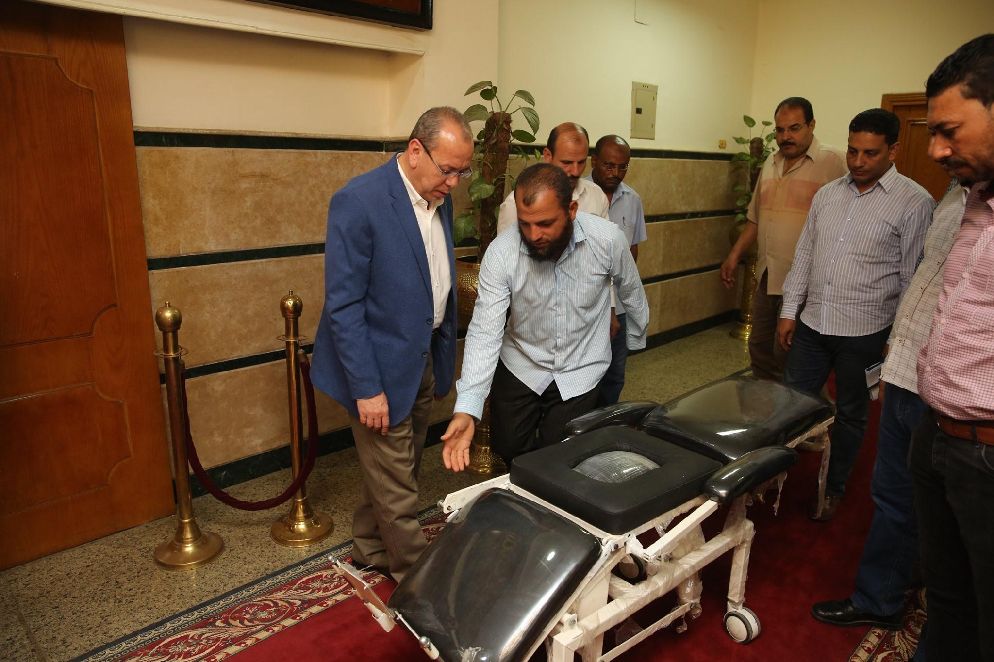 محافظ كفر الشيخ يكرم مخترع من ذوى الاحتياجات الخاصة لابتكاره كرسى طبى متحرك لنقل المرضى (1)