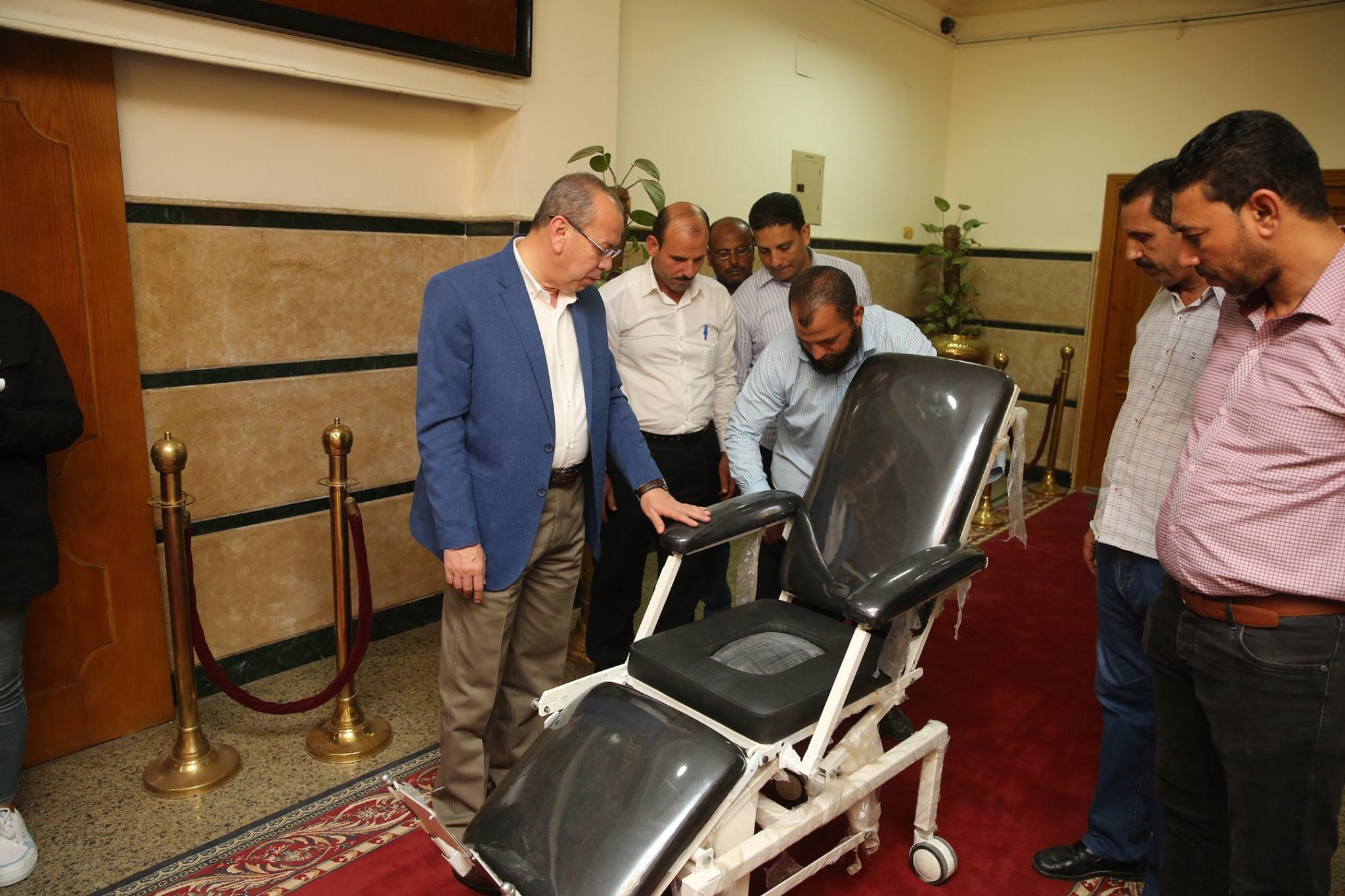 محافظ كفر الشيخ يكرم مخترع من ذوى الاحتياجات الخاصة لابتكاره كرسى طبى متحرك لنقل المرضى (2)