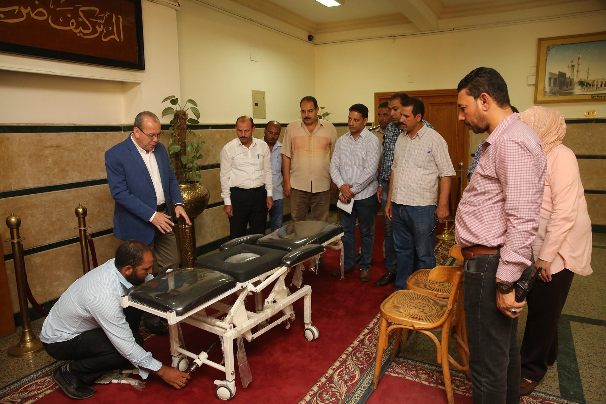 محافظ كفر الشيخ يكرم مخترع من ذوى الاحتياجات الخاصة لابتكاره كرسى طبى متحرك لنقل المرضى (3)
