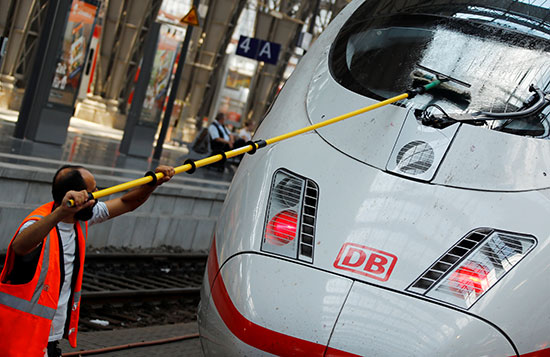 أحد العمال ينظف أحد القطارات