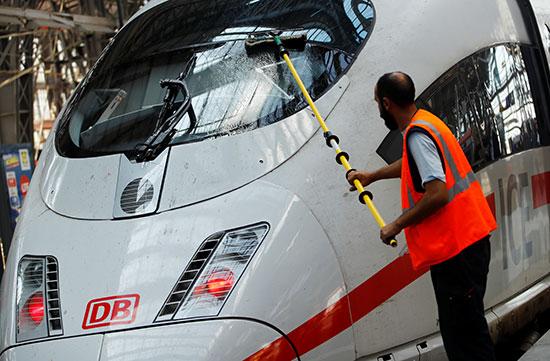 عامل ينظق قطار بمحطة فرانكفورت