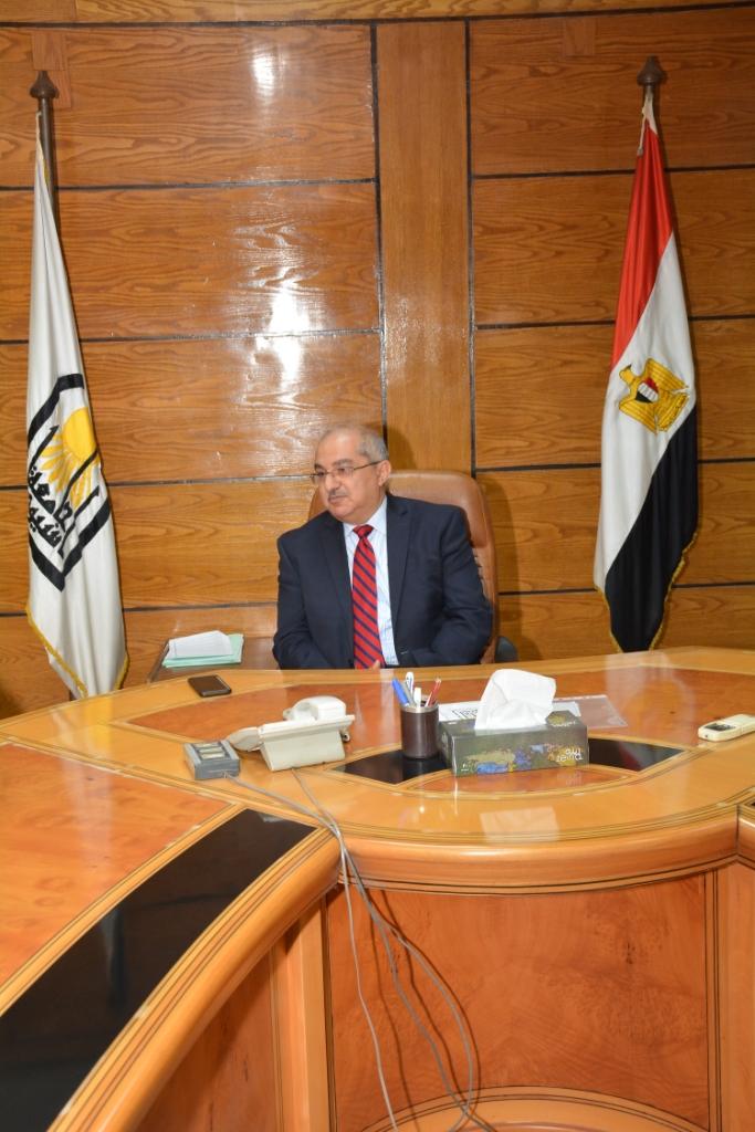 رئيس جامعة أسيوط يكرم أعضاء بنك الدم المركزي بالجامعة (2)