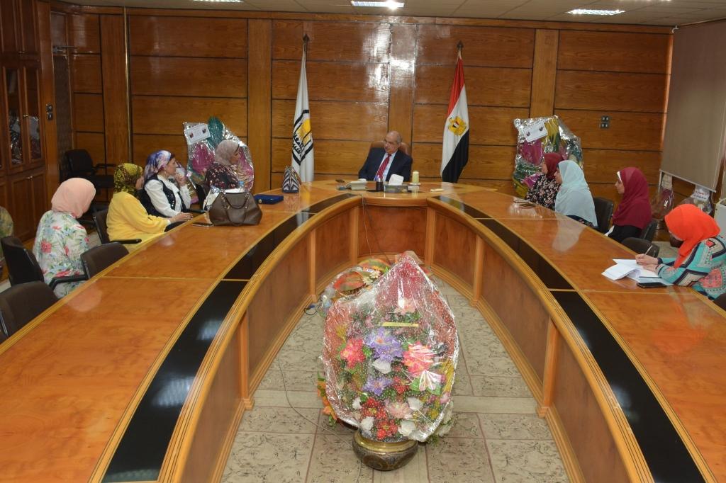 رئيس جامعة أسيوط يكرم أعضاء بنك الدم المركزي بالجامعة (4)