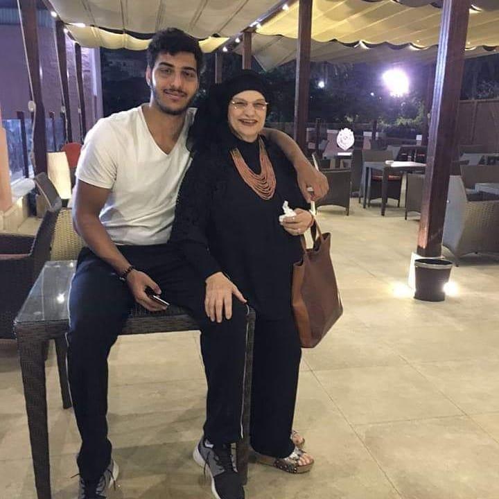 سيف الدرع مع جدته