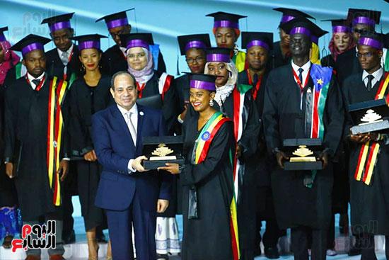 الرئيس يكرم الشباب الأفارقة