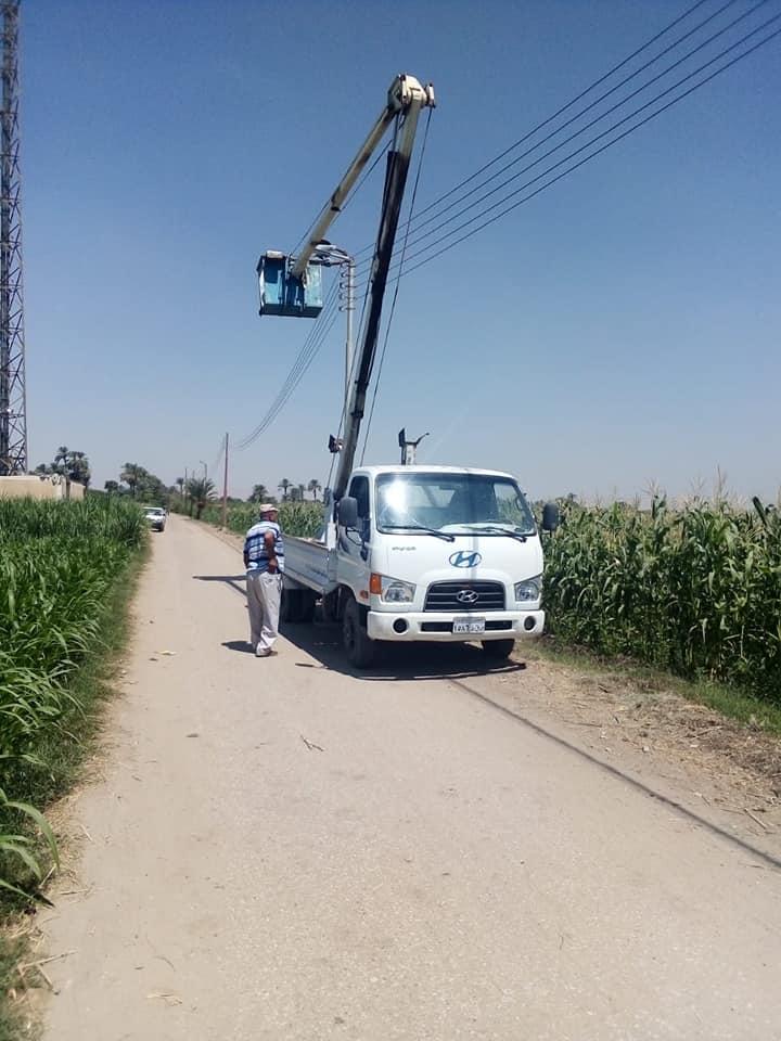 مدينة الطود تركب 30 كشاف ليد لأعمدة كهرباء القري وحملات تجميل وتشجير علي مدار الساعة (1)