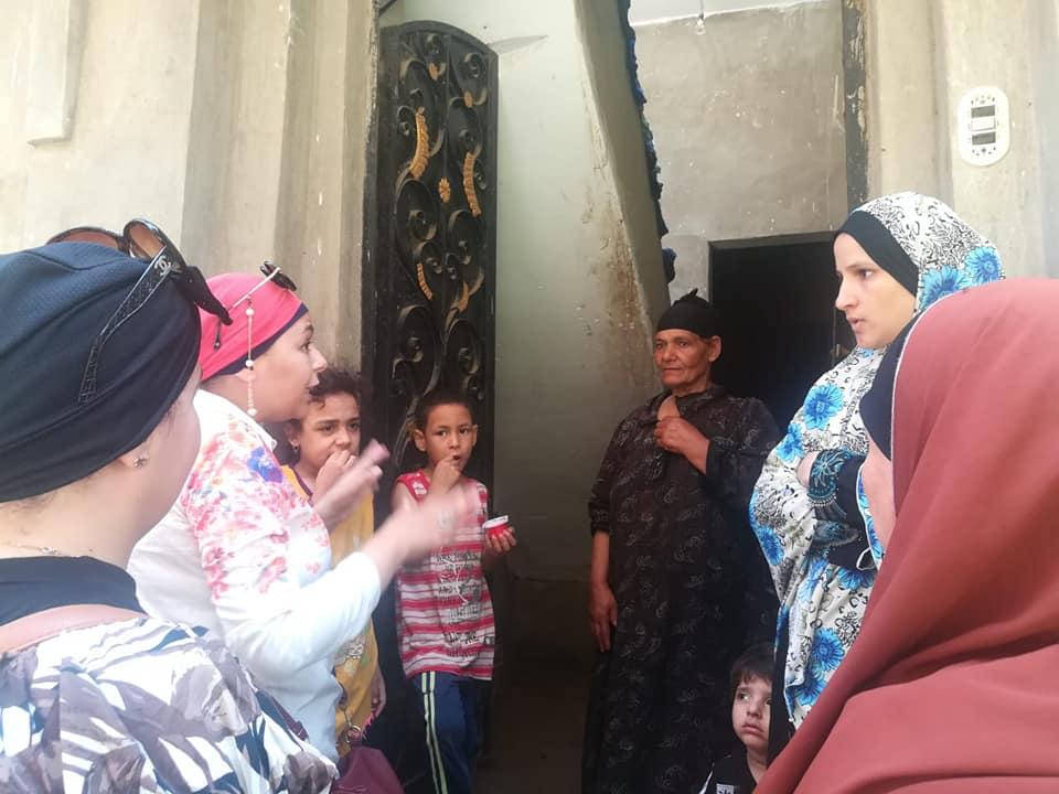عضوان القومى للمرأة ينظفون القمح بحملة طرق الأبواب (2)