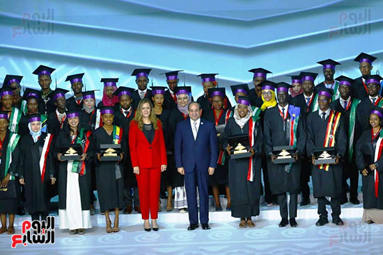 الرئيس السيسي فى صورة تذكارية مع الشباب الأفارقة