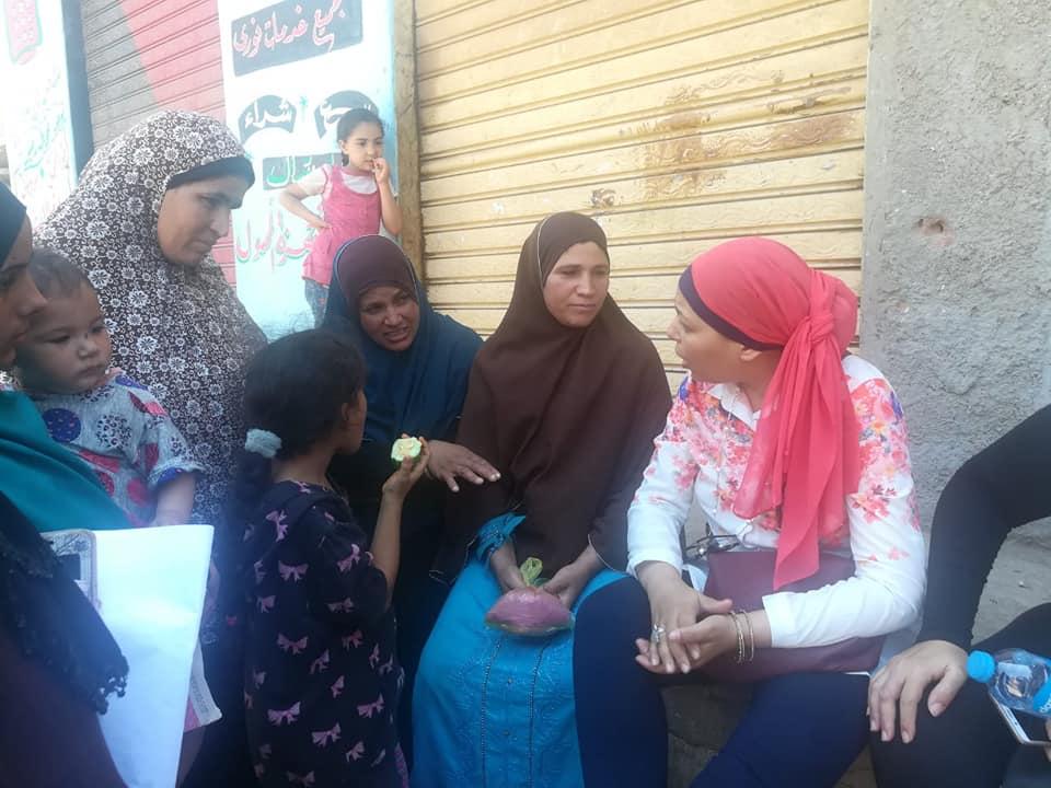 عضوان القومى للمرأة ينظفون القمح بحملة طرق الأبواب (3)