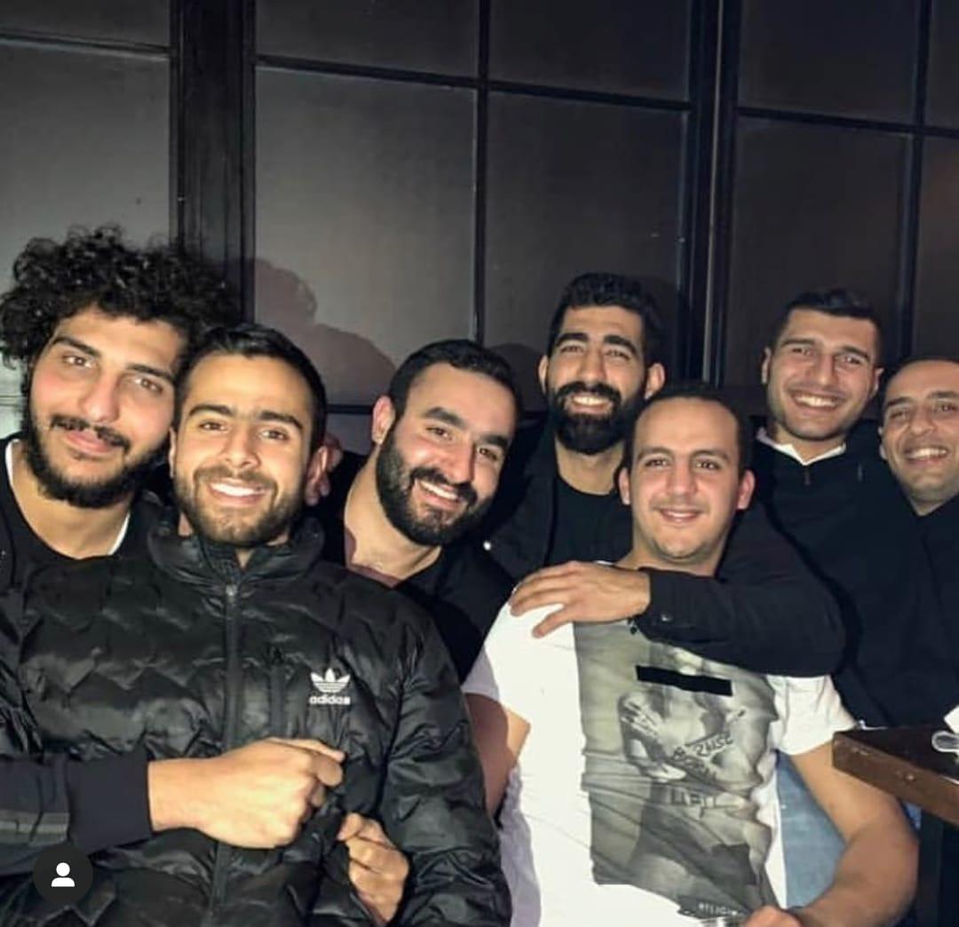سيف الدرع مع أصدقاؤه