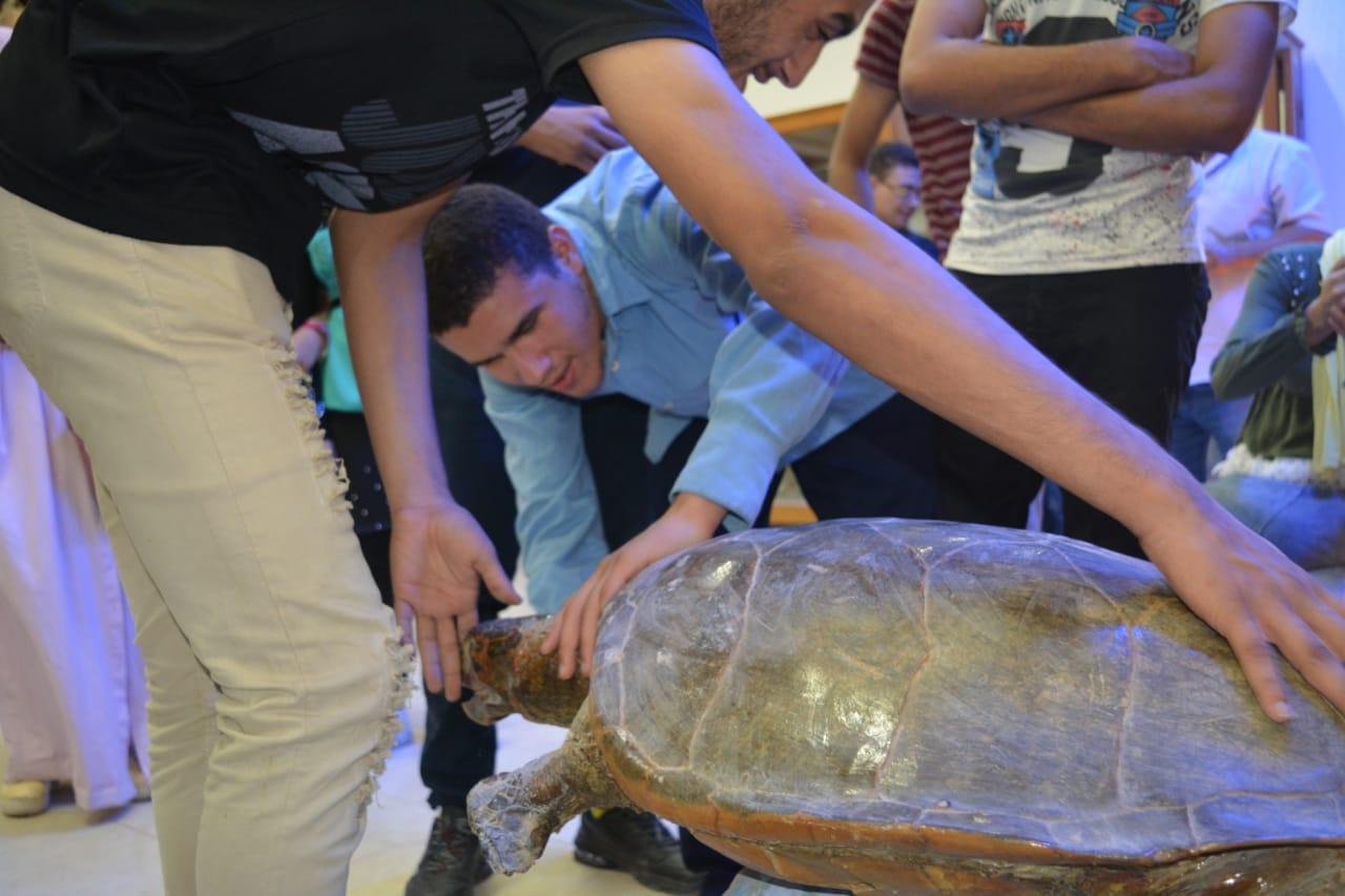 طلاب مدرسة النور للمكفوفين في زيارة لمتحف علم الحيوان بجامعة الازهر بأسيوط (1)