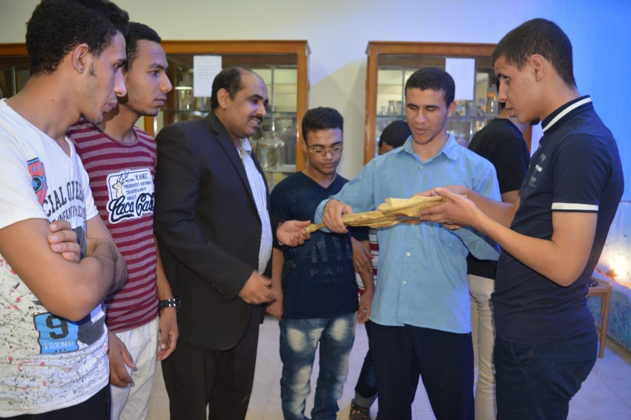 طلاب مدرسة النور للمكفوفين في زيارة لمتحف علم الحيوان بجامعة الازهر بأسيوط (5)