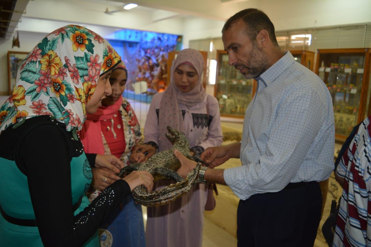 طلاب مدرسة النور للمكفوفين في زيارة لمتحف علم الحيوان بجامعة الازهر بأسيوط (13)