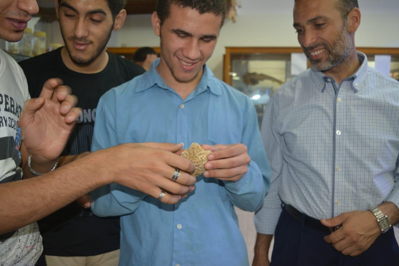 طلاب مدرسة النور للمكفوفين في زيارة لمتحف علم الحيوان بجامعة الازهر بأسيوط (10)