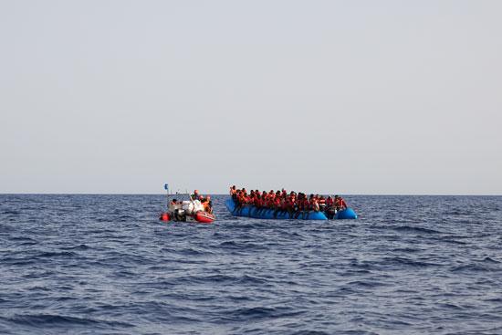 زورق يحمل عشرات المهاجرين