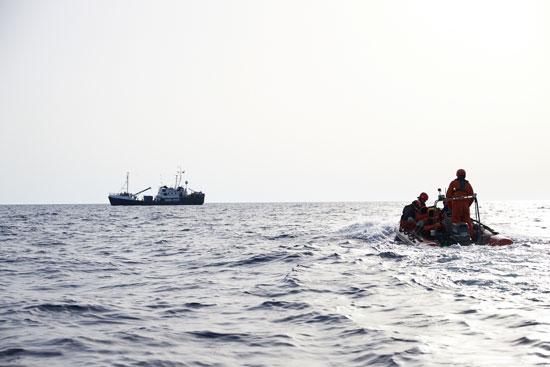 انقاذ مهاجرين فى زورق