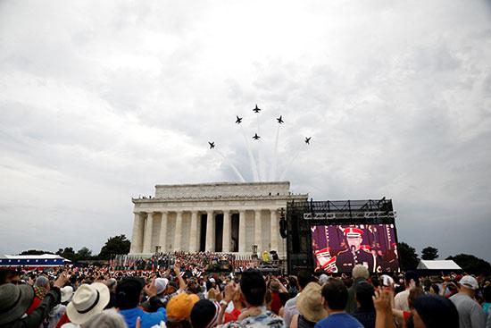 الحشود تتابع الطائرات الأمريكية