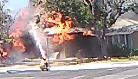 أحد رجال الإطفاء يحاول التعامل مع الحريق