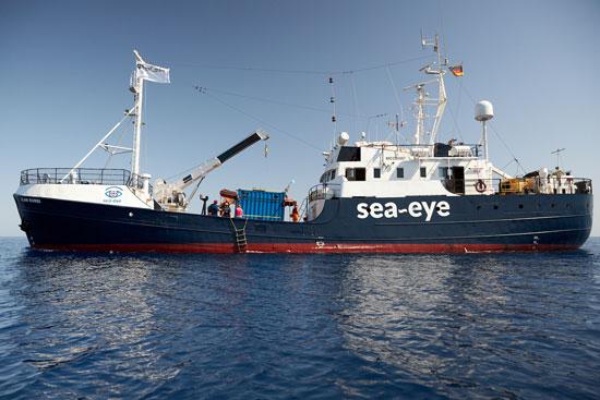 السفينة فى طريقها لانقاذ المهاجرين