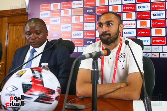 المحمدي مع مراقب المباراة