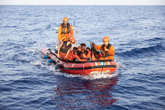 عدد من المهاجرين فى زورق