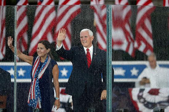 نائب الرئيس الأمريكى مايك بنس وزوجته