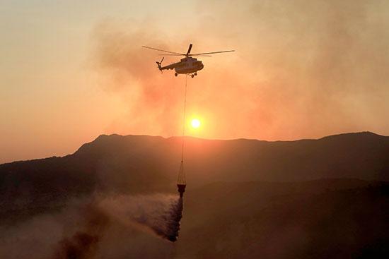 الطائرات تشارك فى عملية الإطفاء