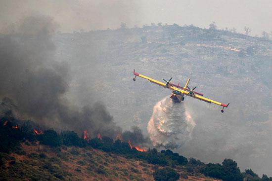 الطائرات تطفى النيران المشتعلة