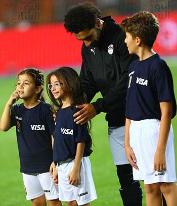 محمد صلاح مع الاطفال (1)