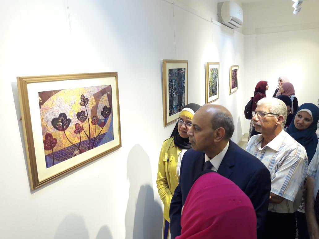 رئيس جامعة المنيا يفتتح معرض رؤية طباعية بلقطات متعددة (7)