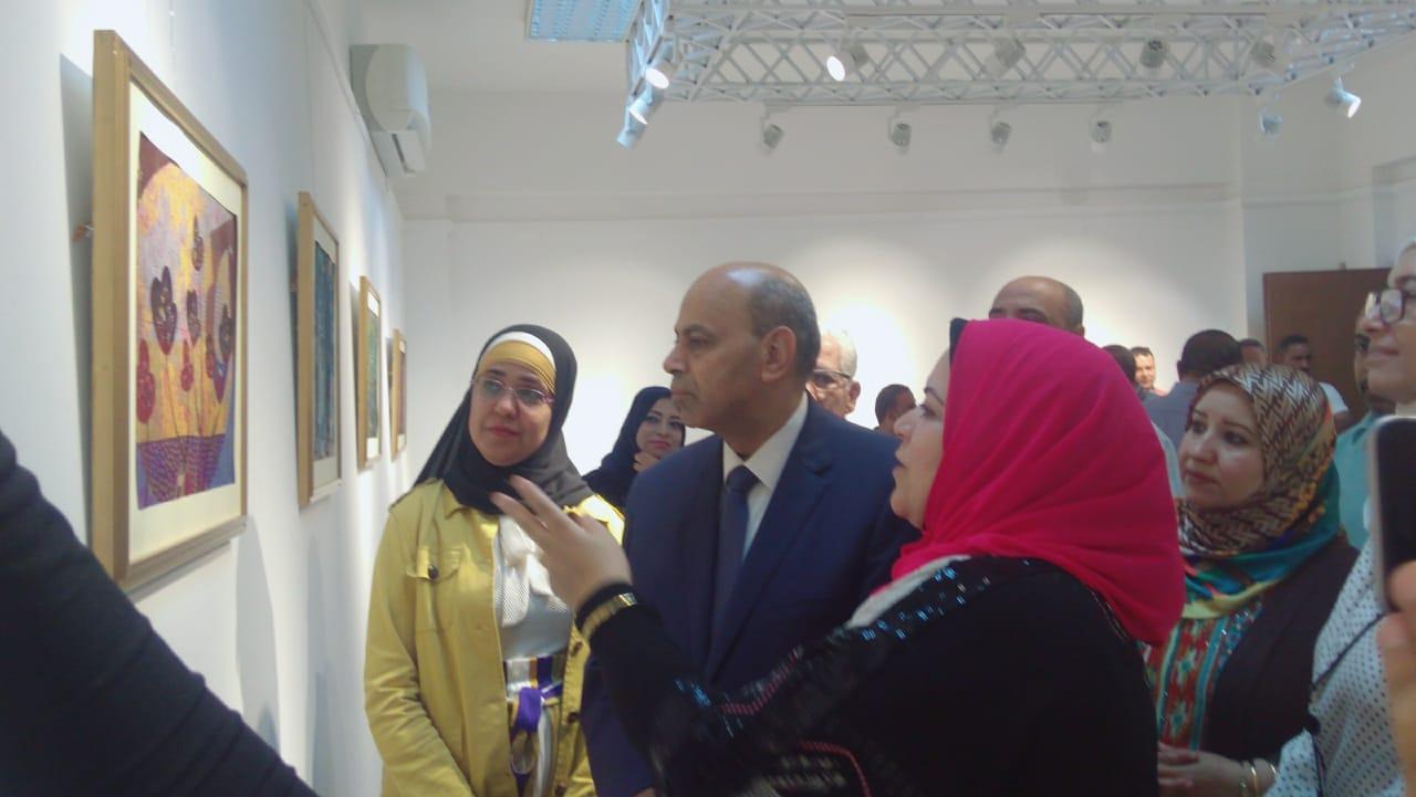 رئيس جامعة المنيا يفتتح معرض رؤية طباعية بلقطات متعددة (2)