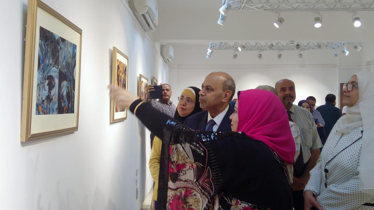 رئيس جامعة المنيا يفتتح معرض رؤية طباعية بلقطات متعددة (3)