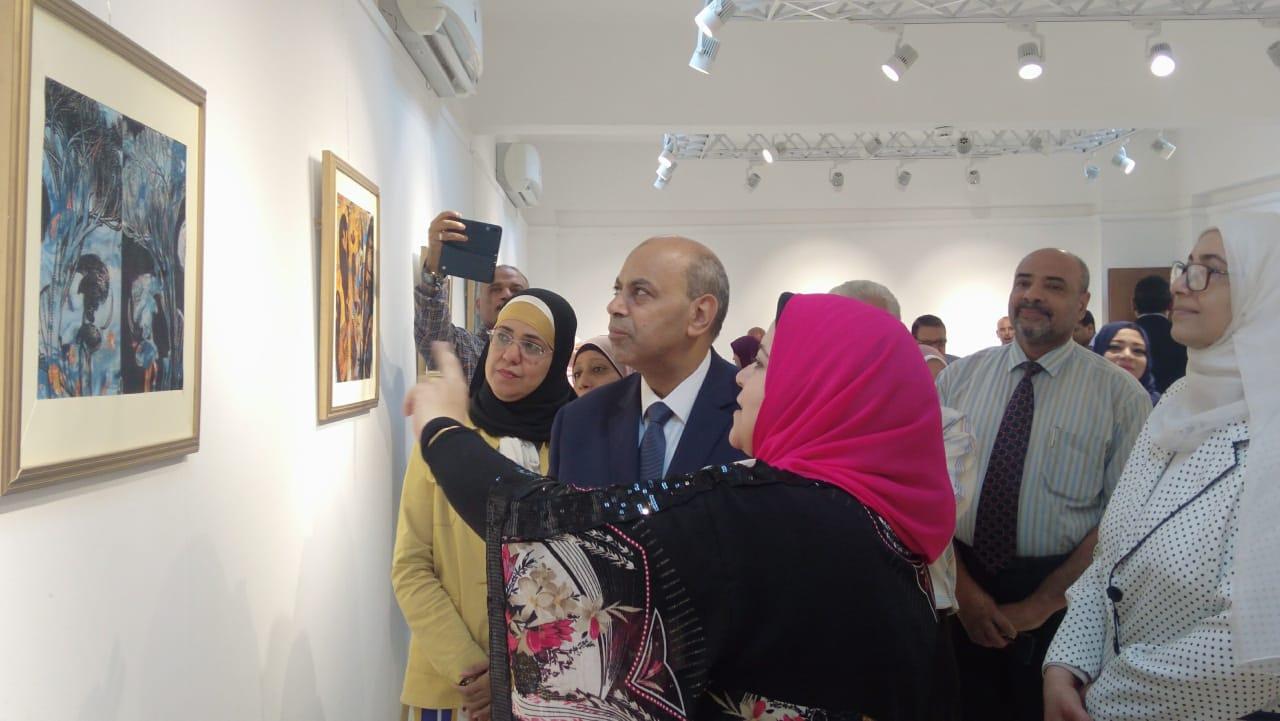 رئيس جامعة المنيا يفتتح معرض رؤية طباعية بلقطات متعددة (4)