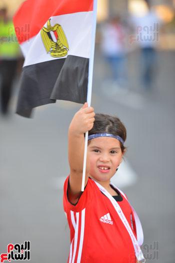 طفلة ترفع علم مصر