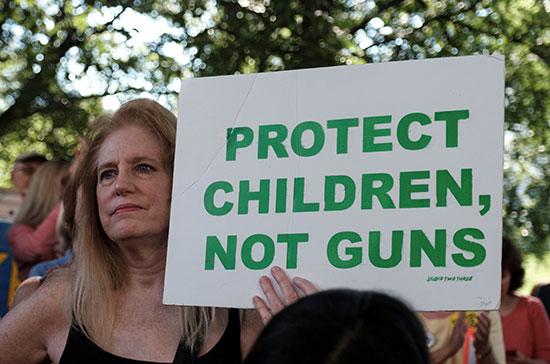 لافتات مناهضة لحيازة السلاح